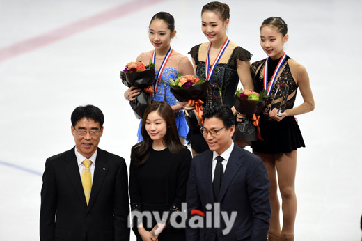 Yuna Kim presents awards at Korean Figure Skating Championships